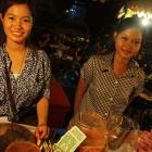 _luštne prodajalke kamboških mesnih poslastic na večernem marketu_