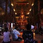 _popoldanska molitev v enem izmed večjih mestnih budističnih templjev_