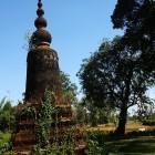 _podeželje je posejano z budističnimi spomeniki_
