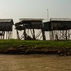 _hiše, postavljene na kolih (med deževno sezono se gladina vode pošteno dvigne)_