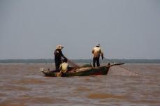 _ribiči na jezeru_
